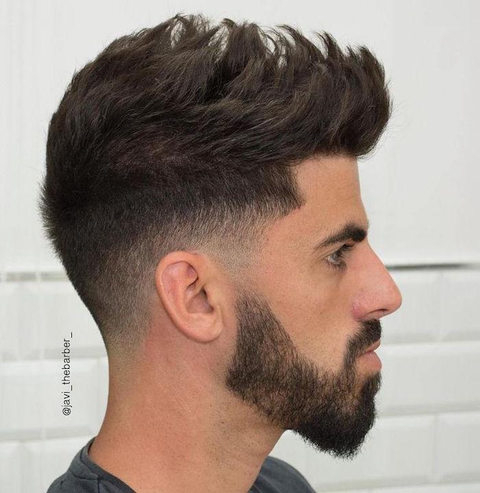 männerfrisuren 2019 kurz, schwarzhaariger mann mit bartfrisur und mustache