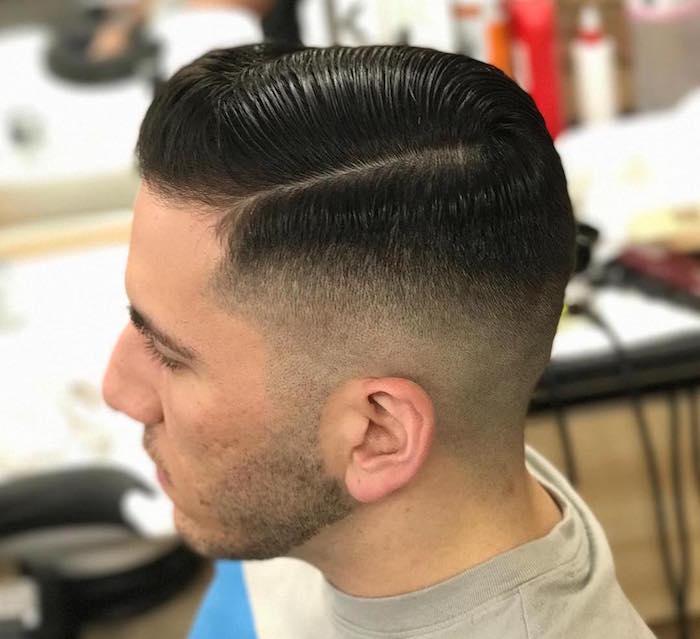 männerfrisuren 2019 kurz und glatt gestylt, mann im frisörsalon, schwarze haare