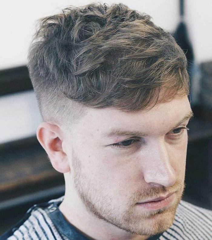 männerfrisuren 2019 kurz, blonder mann, frisur idee, bart und mustache