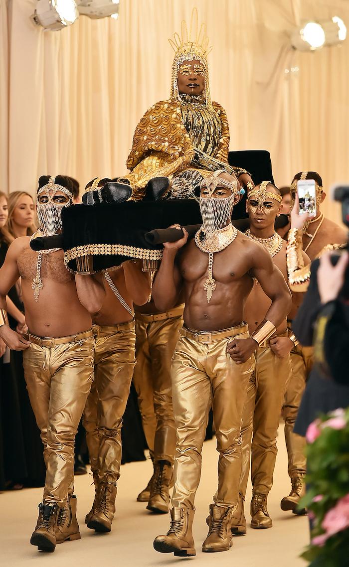 der sänger billy porter mit einem goldenen kostüm, met gala 2019, männer mt gelben hosen und schuhen