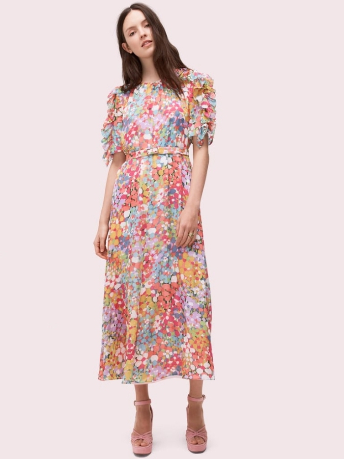 mode für frauen, langes buntes sommerkleid mit rüschen an den ärmeln, hohe rosa schuhe