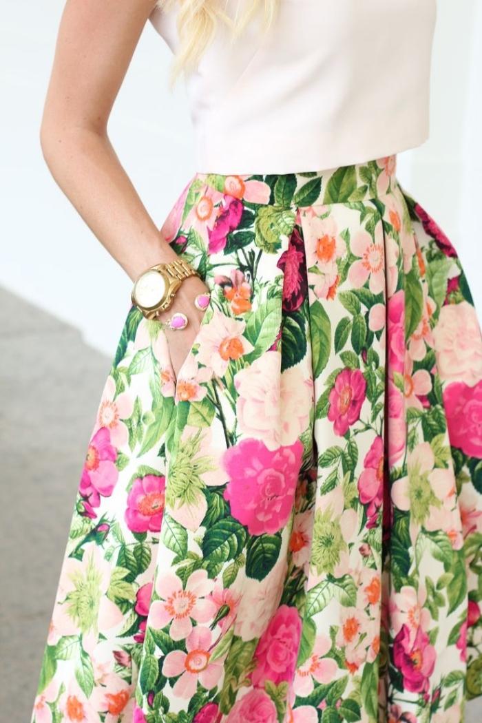 mode für frauen, weißer top, bunter rock mit floralem motiv, goldene armuhr, sommeroutfit
