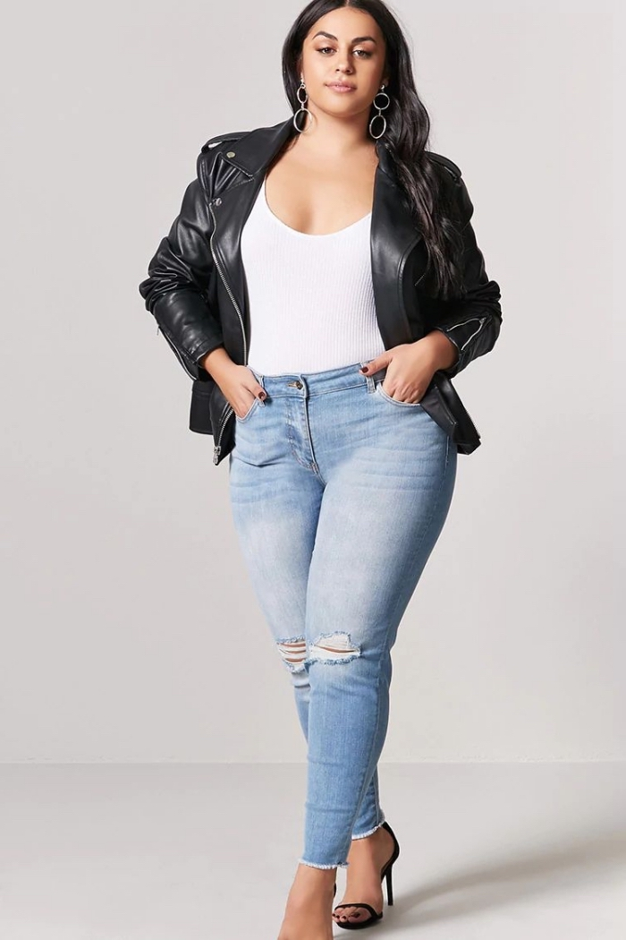 mode für mollige 2019, helle jeans, weiße bluse, shcwarze lederjacke, hebst outfit für damen