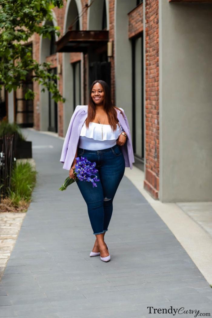 mode für mollige, dunkle jeans in komniantion mit wießes bluse mit rüschen und lila sakko