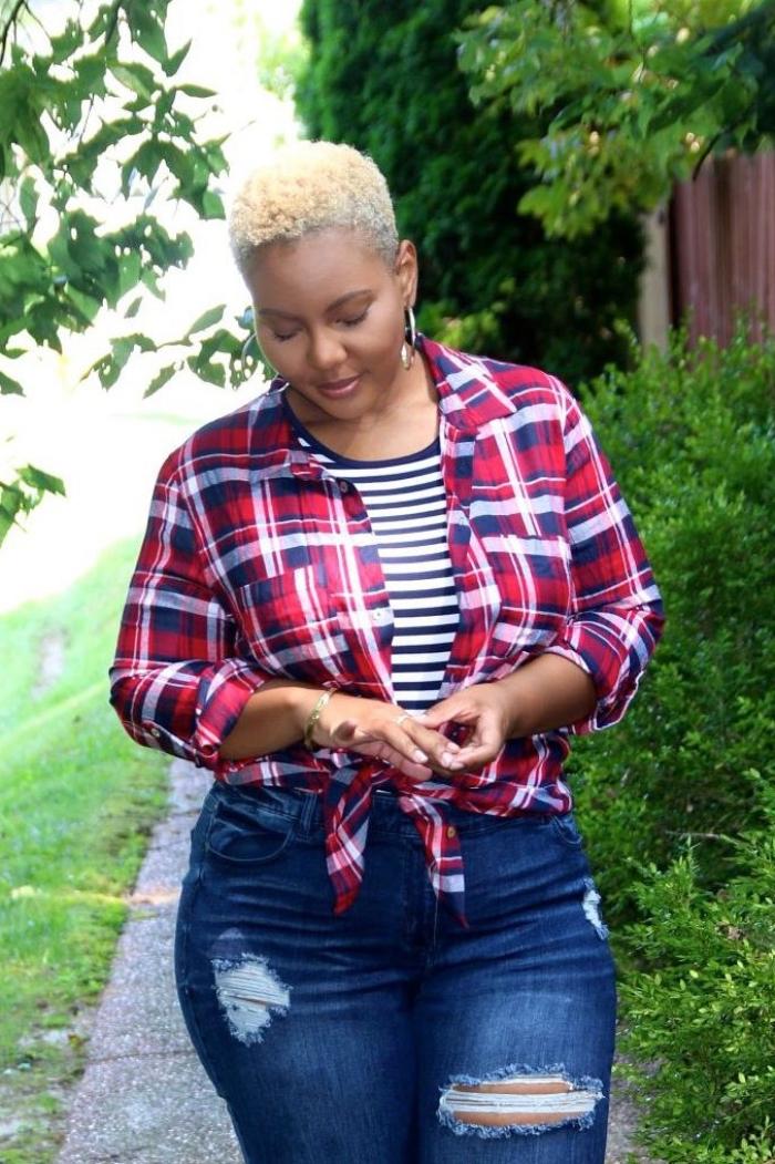 mode für mollige frauen, dunkelblaue jeans, gestreifte bluse, kariertes hemd in weiß, rot und blau