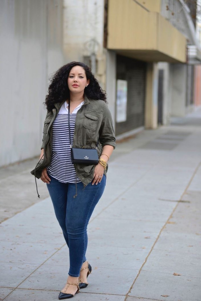 mode für mollige frauen, hebst otufit ideen, gestreifte bluse in kombination mit jeans und geauer jacge