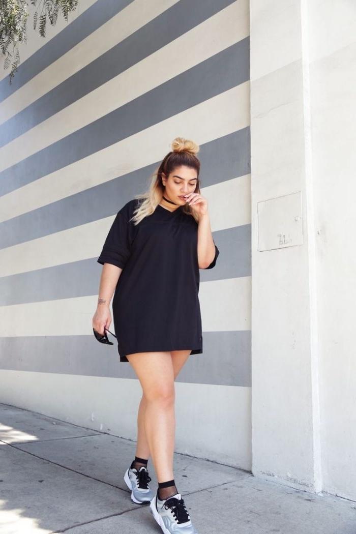 mode für mollige frauen, schwarze tunika mit ärmeln, sporschuhe in schwarz, weiß und grau, dutt frisur, sommer outfit damen