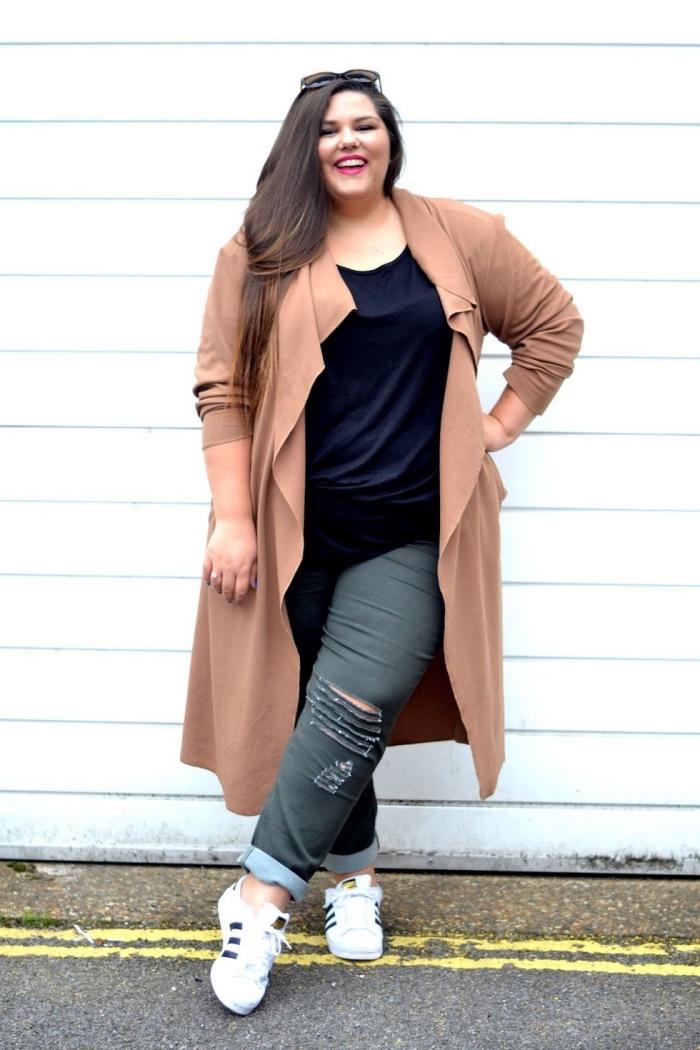 graue jeans, schwazre bluse, beige mantel, mode für mollige frauen, sportschue, hebst outfit