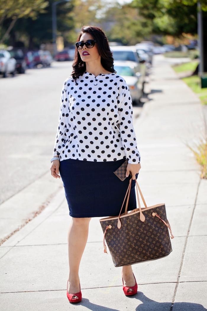 schwarzer rock, bepunktete weiße bluse, mode für mollige, rote schuhe mit hohen absätzen, sommer outfit