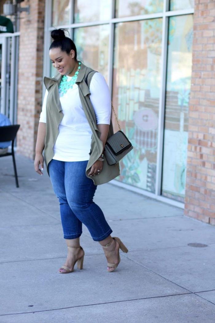 mode für mollige frauen, jeans in kombination mit weißer bluse, hellblaue halskette, hebst outfit