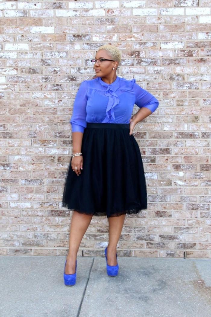 mode für mollige, knielanger schwarzer rock in kombination mit lila bluse mit rüschen, hohe schuhe