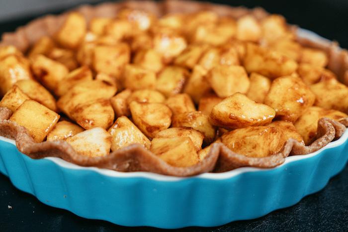 Die Äpfel auf den Boden legen, Rezept für schnellen und einfachen Apfelkuchen