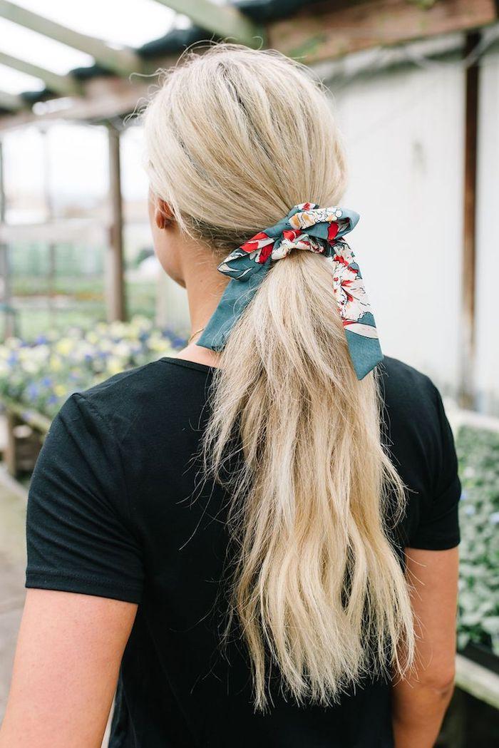 Haarband mit Blumenmuster, leichte Frisur für den Alltag, schwarzes Shirt, lange blonde Haare