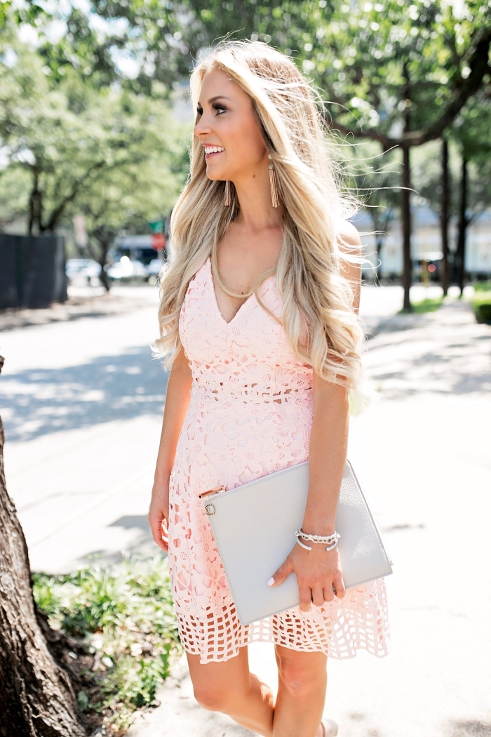 outfit hochzeit gast, graue tasche, hellrosa strickkleid, kurzes sommerkleid, frisur mit locken, sommerhochzeit