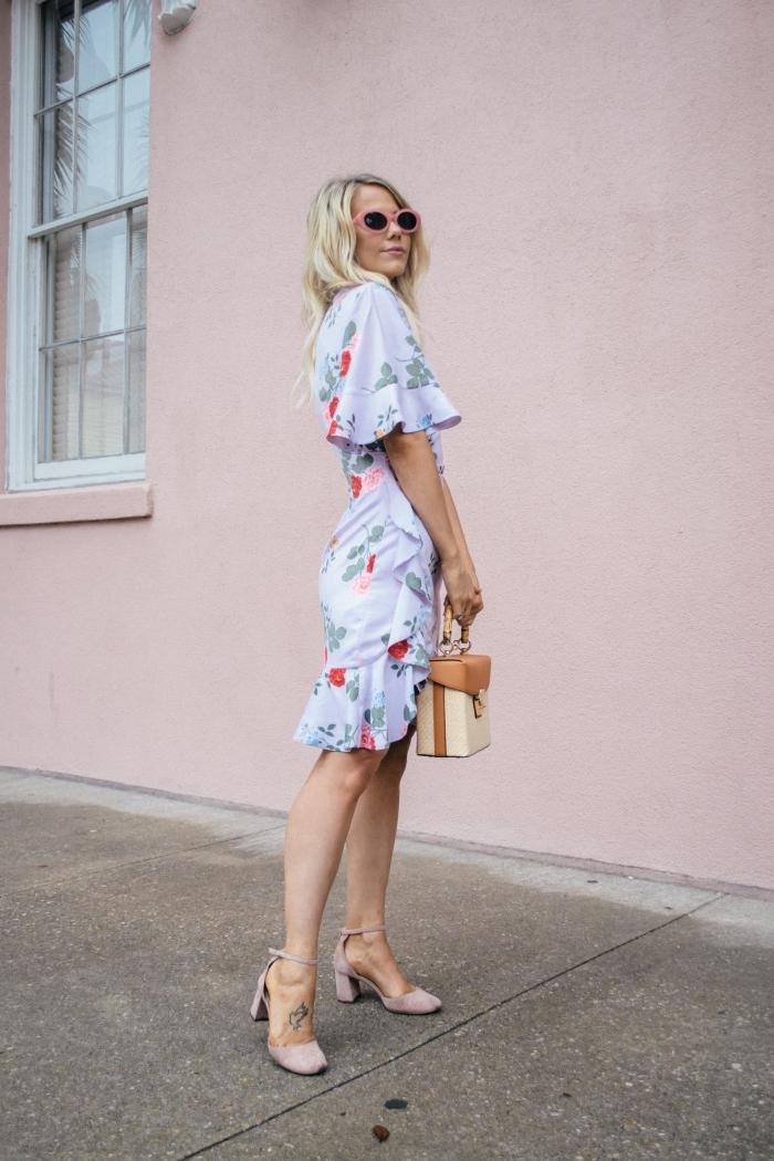 outfit hochzeit gast klein kleid, knielanges kleid mit blumen motiv, tasche in beige und braun, hochzeitsoutfit