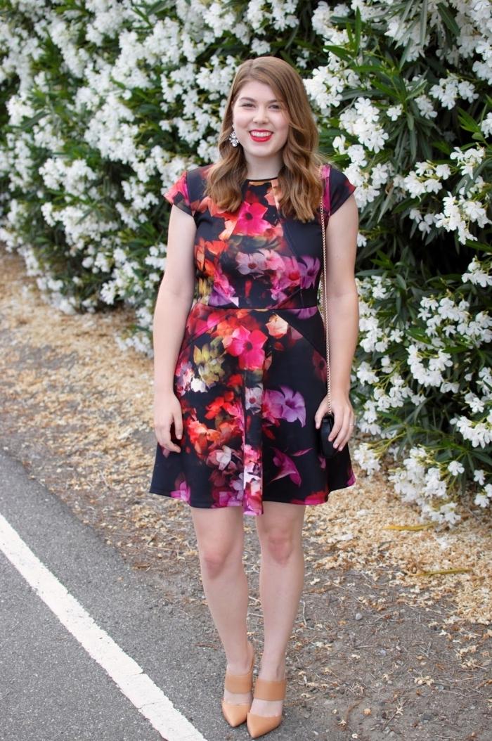 schwarzes kleid mit floralen motiven, outfit hochzeit gast klein kleid, braune schuhe, hochzeitsgast