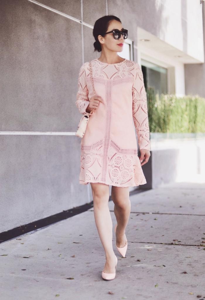 outfit hochzeit gast klein kleid, rosa sommerkleid mit langen ärmeln und geometrischen motiven