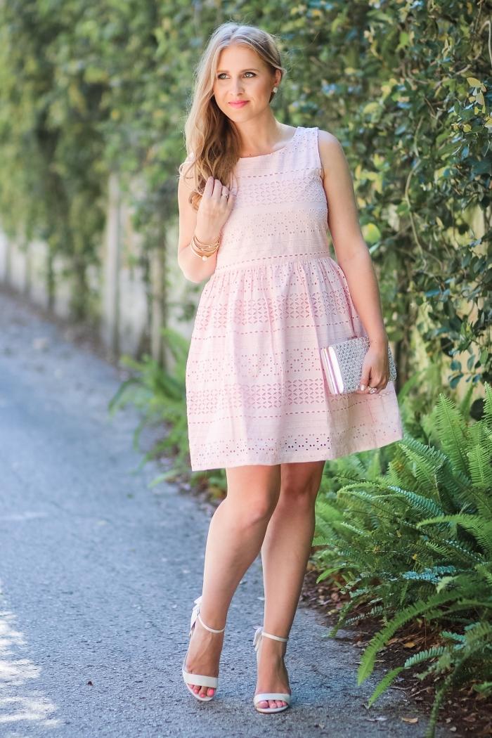 outfit hochzeit gast klein kleid, kurzes rosa kleid mit weitem rock, weiße schuhe, hochzeitsoutfit frauen