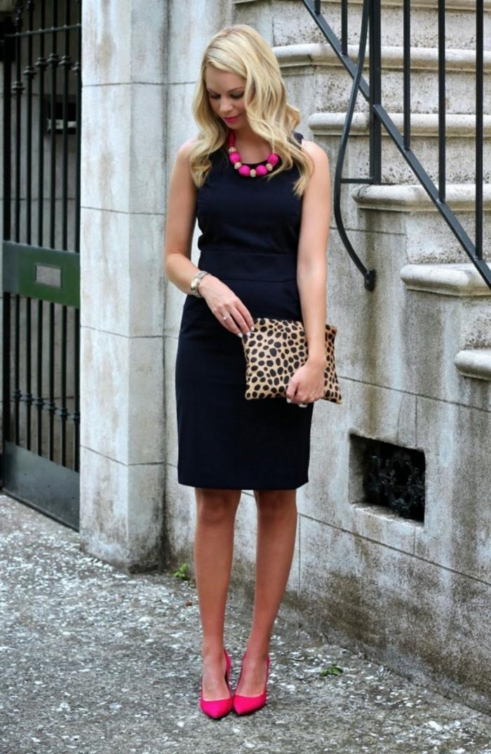 outfit hochzeit gast, gerades schwarzes kleid, rosa halskette, knallrosa schuhe, tasche mit tiger muster