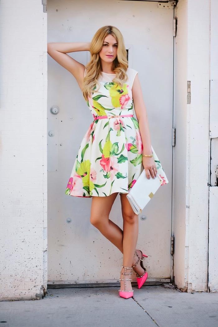 buntes sommerkleid in kombination mit knallrosa schuhe und weißer tasche, outfit hochzeit gast klein kleid