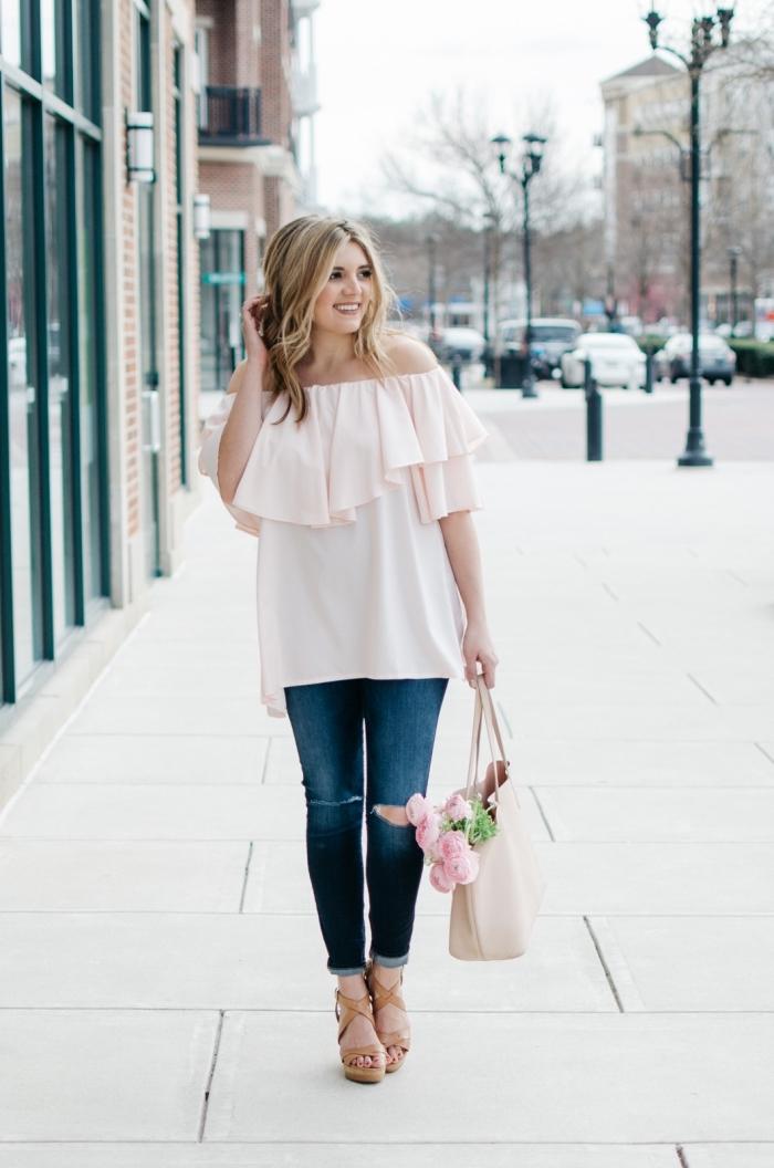 outfit zusammenstellen, hellrosa weiße bluse mit rüschen, blaue jeans, große tasche mit blumen