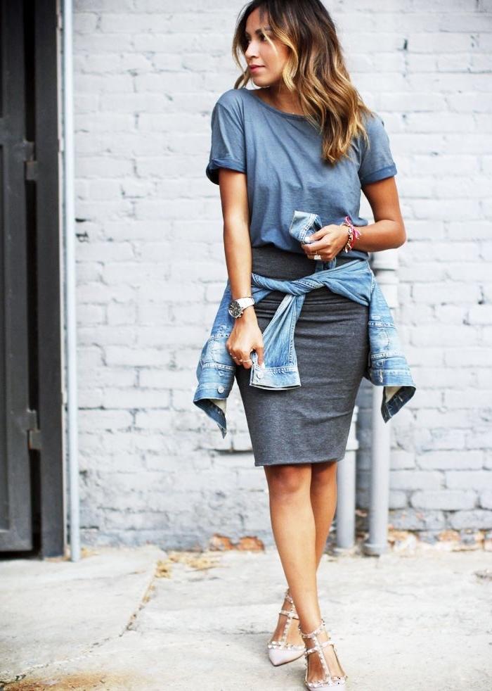 outfit zusammenstellen, gerader grauer rock, hellgraues t shirt, beige schuhe, jeansjacke