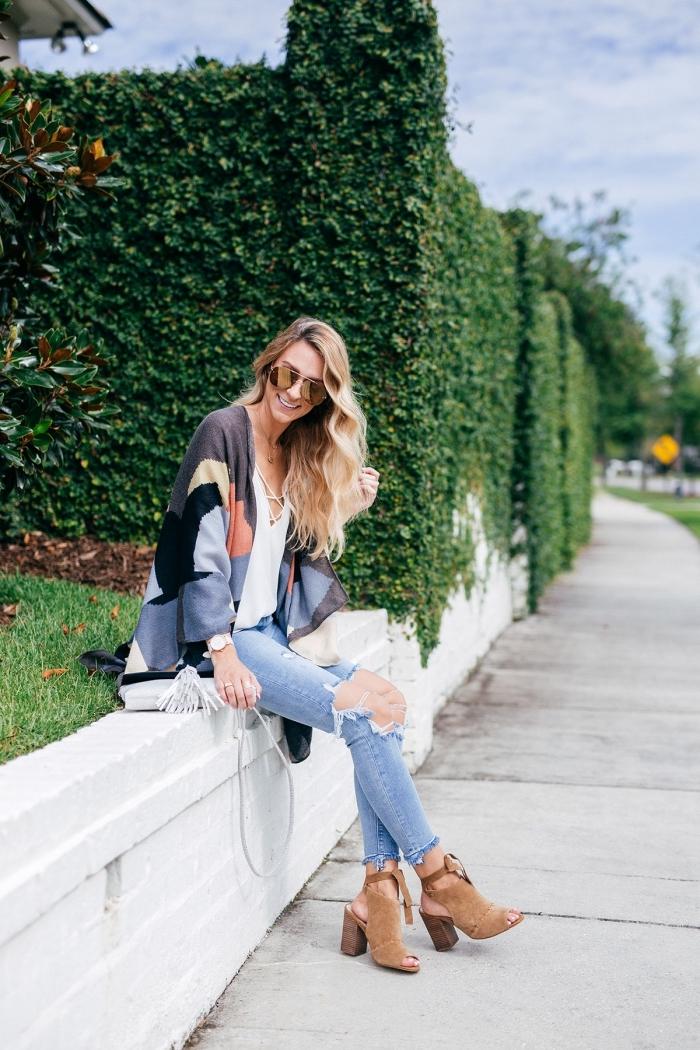 outfit zusammenstellen, helle jeans, weiße weite bluse, bunte weste, beige schuhe, sonnenbrille