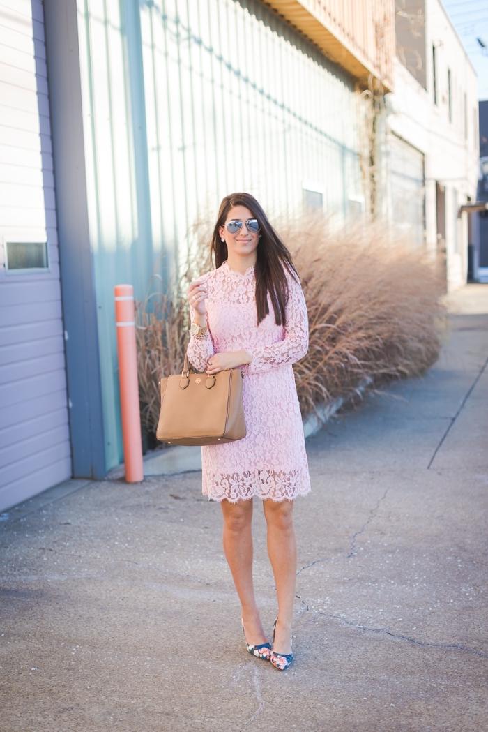outfit zusammenstellen, rosa kleid mit spitze, sommerkleid mit langen ärmeln, große beige tasche
