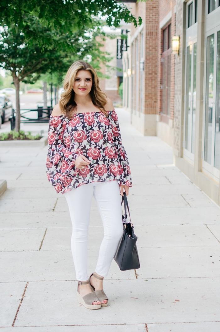 outfit zusammenstellen, weiße hose kombiniert mit weiter bluse mit floralem motiv, schwarze tasche