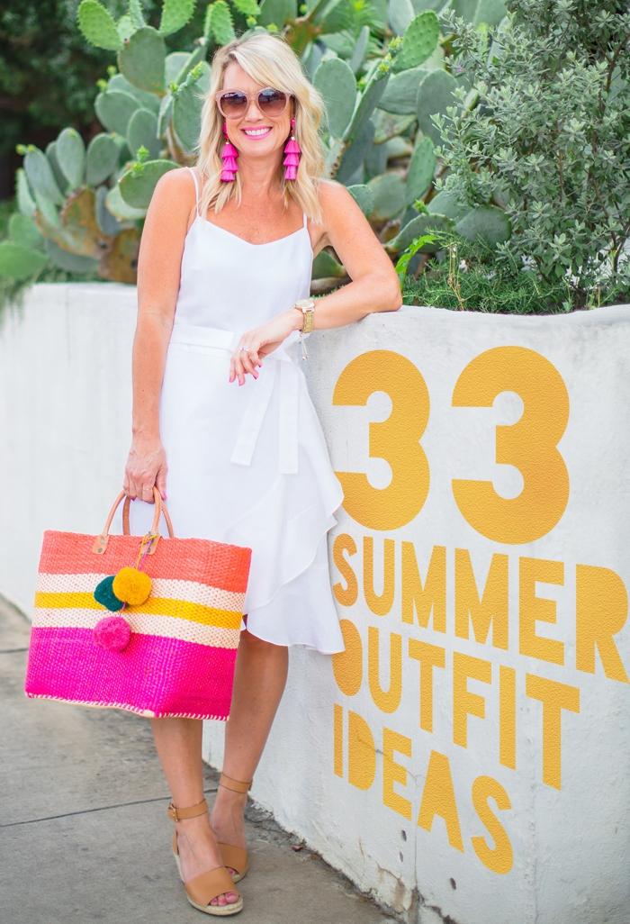 outfit zusammenstellen, große geflochtene tasche in knallen farben, knielanges weißes kleid, rosa ohrringe