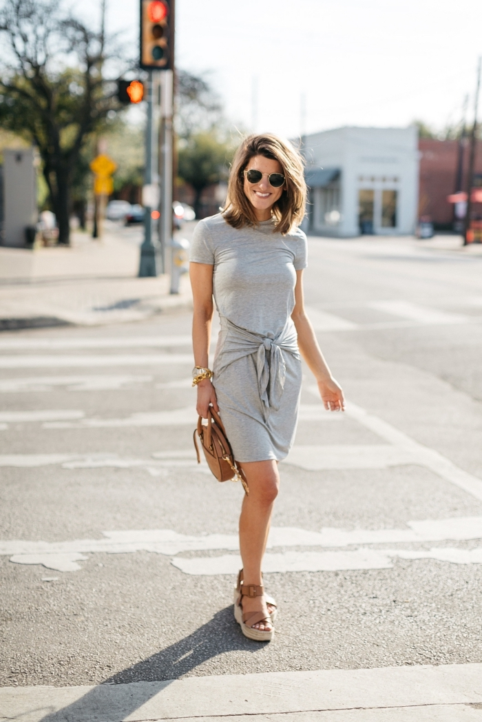 outfits damen, graues kleid mit kurzes ärmeln, sommerkleid in grau, braune tasche und schuhe