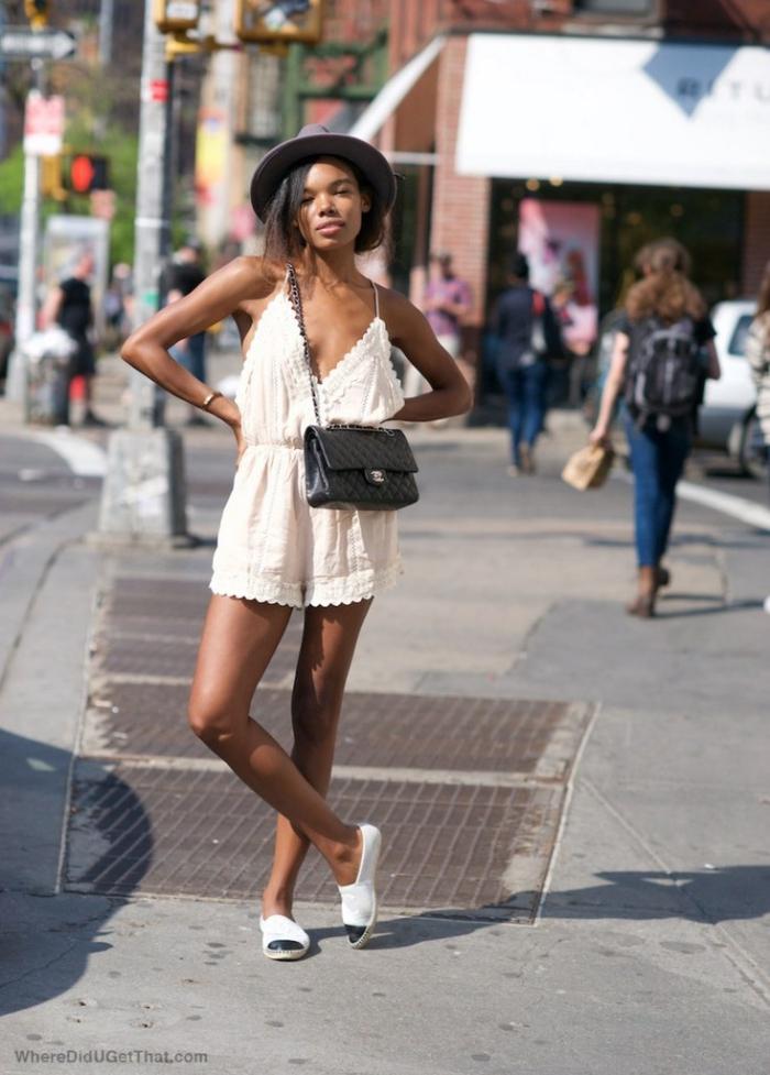 outfits damen, kurze weiße hemdhose, grauer hut,schwarze tasche, sommeroutfit ideen