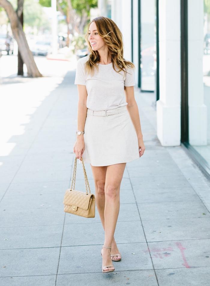 outfits damen, weißer lederrock in kombination mit weißes t shirt, beige tasche, sommeroutfit