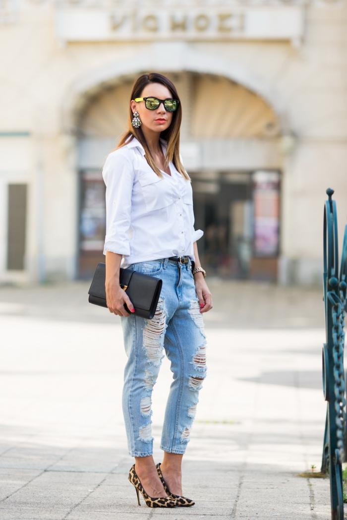 outfits damen, weißes hemd mit langen ärmeln, weite jeans, schuhe mit tiger muster, schwarze tasche