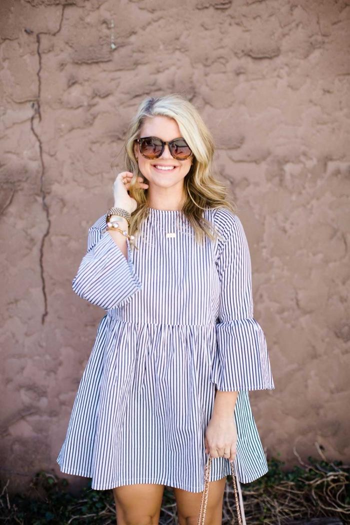outfits damen, weites sommerkleid in blau und weiß, große sonnenbrille, kleine goldene halskette