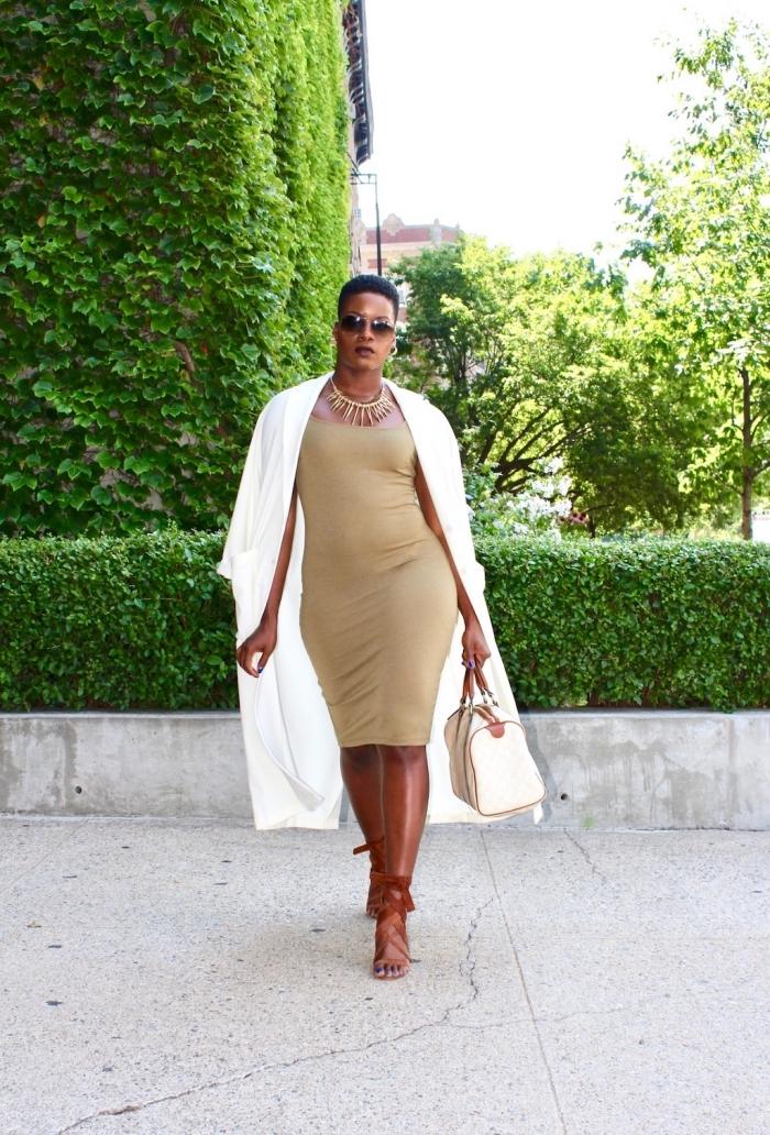party outfits damen, knielanges beige kleid mit weißem mantel, braune sandalen, große tasche