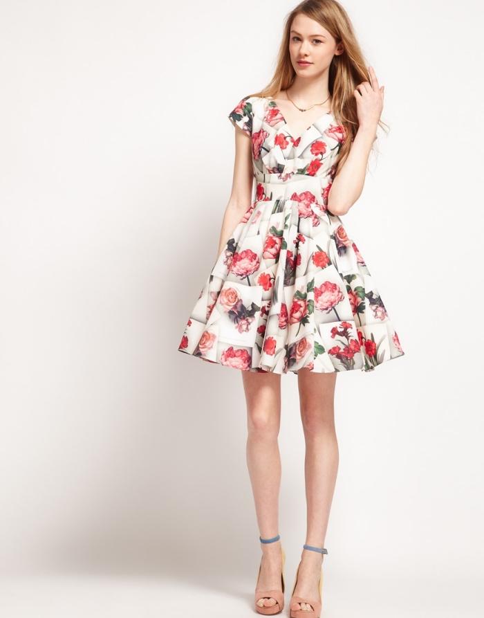 party outfits damen, kurzes sommerkleid mit floralem motiv, kleid in a linie, hohe schuhe