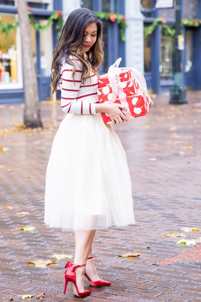 party outfits damen, rote schuhe mit shcleife, weißer tüllrock, gestreifte bluse, frisur mit locken, geschenke