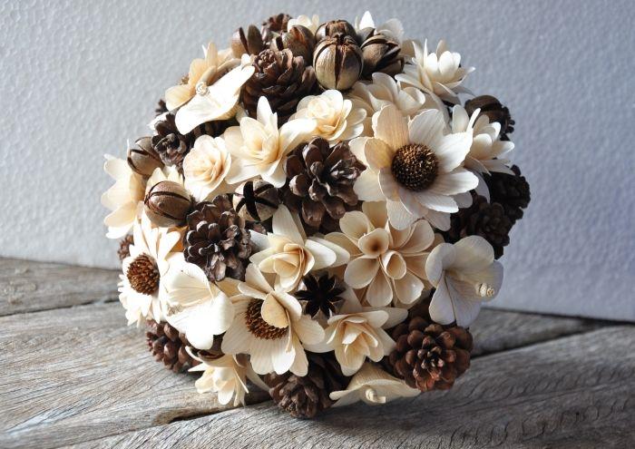 herbst dekoration, blumenstrauß weiß und braun, deko ideen, blumen in einem ball förmen
