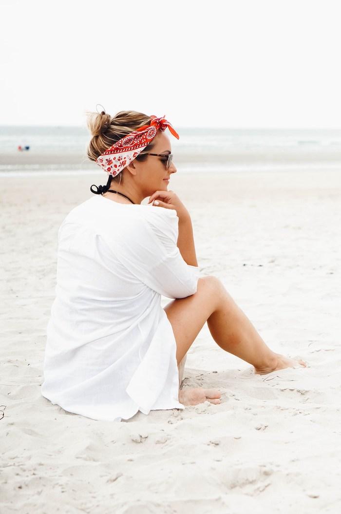 Messy Dutt mit Bandana, blonde lange Haare, Strand Outfit, Bikini und weißes Hemd