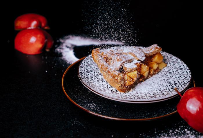 Stück Apfelkuchen mit Puderzucker bestäuben, Brunch Rezept zum Ausprobieren