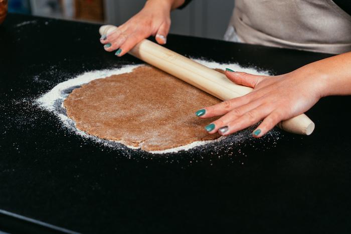Auf einer mit Mehl bestäubten Oberfläche die Hälfte des Teigs ausrollen