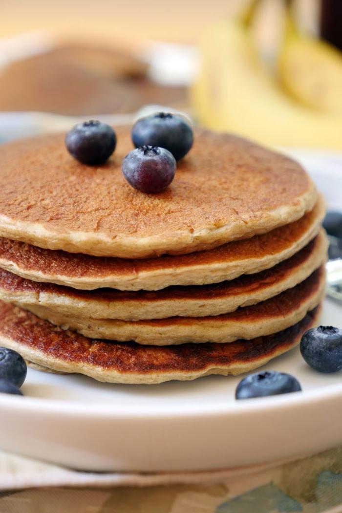rezepte glutenfrei, amerikanische pfannkuchen garniert mit blaubeeren, frühstücksideen, brunch ideen