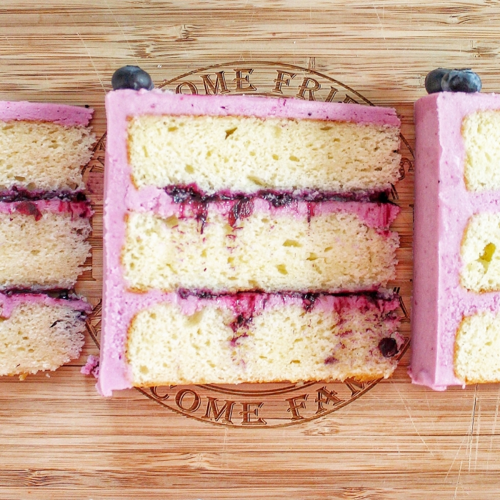 rote mit rosa crmee mit blaubeerenmarmelade, rezepte glutenfrei, geburtstagstorte ideen, dessert mit früschten