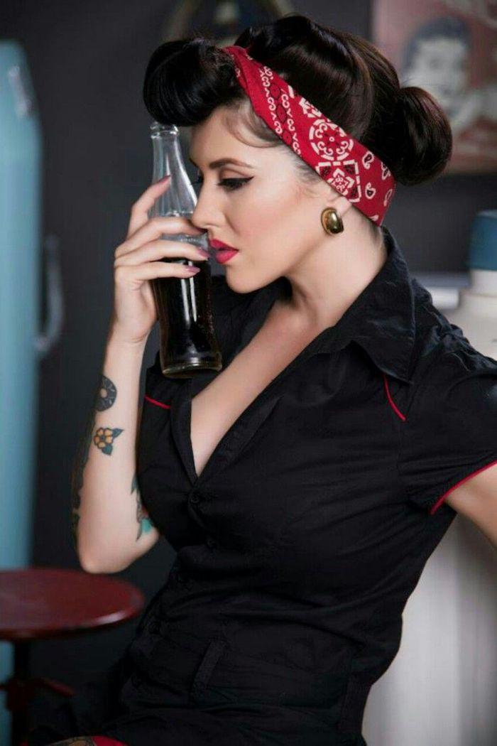 Coole Rockabilly Frisur, schwarzer Eyeliner und roter Lippenstift, farbiges Tattoo am Arm, rotes Kopftuch