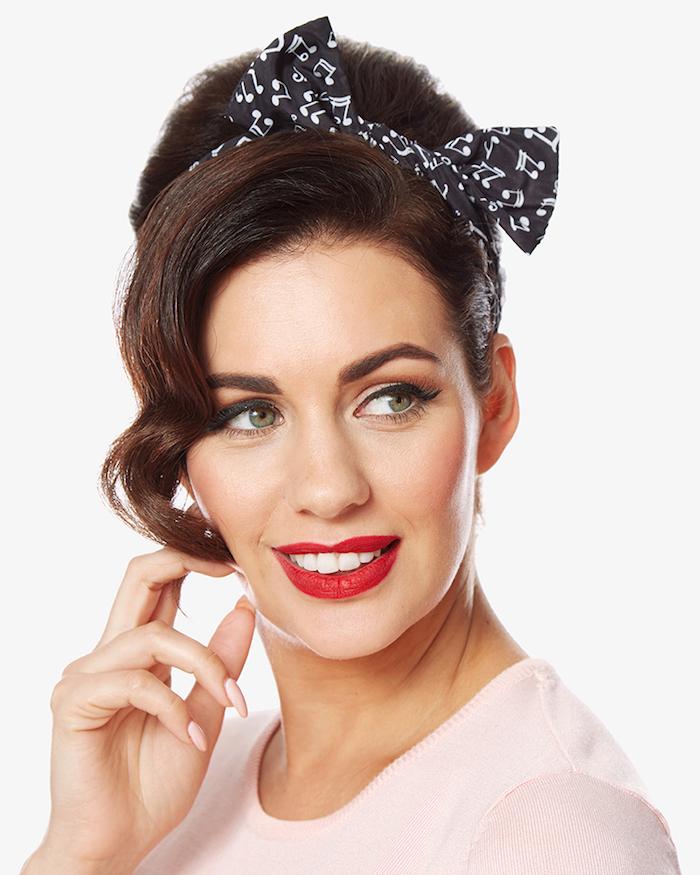 Rockabilly Frisur mit Bandana, elegante Hochsteckfrisur, roter Lippenstift und schwarzer Eyeliner