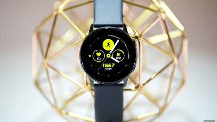 Samsung Galaxy Watch, schwarzer Zifferblatt auf einem goldenen Netz, gelbe Funktionen