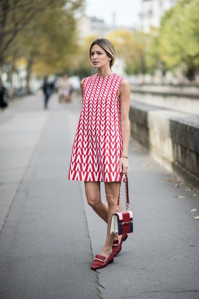 weites sommerkleid in rot und weiß, goemetrische motive, schickes outfit damen, dunkelrote schuhe