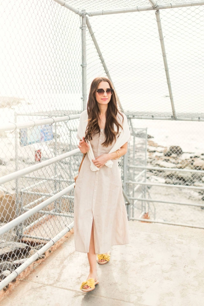 schickes outfit damen, gelbe schuhe, langes beige kleid aus leinen, weiße bluse, sonnenbrille