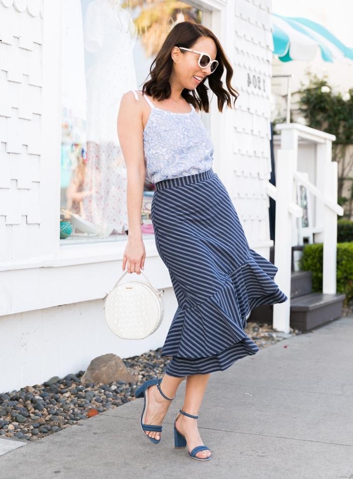 schickes outfit damen, gestreifter rock in dunkelblau und weiß, weiße runde tasche, blaue schuhe